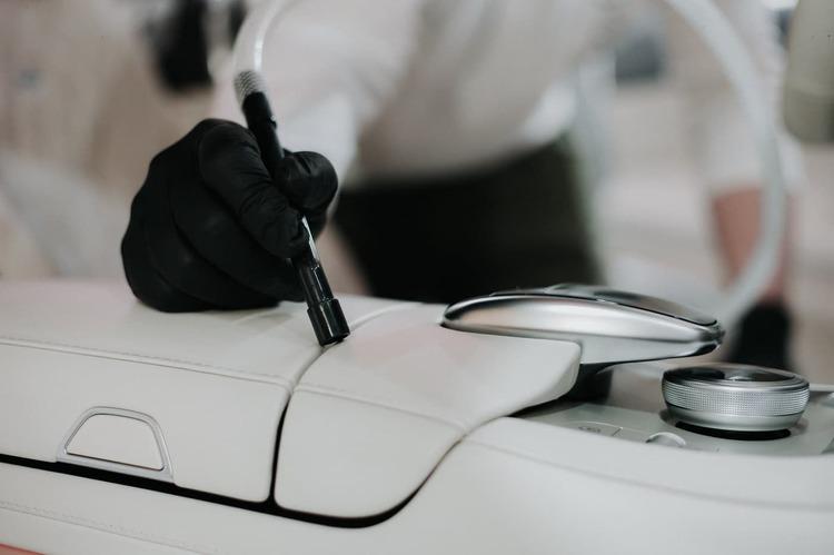 precyzyjne-czyszczenie-wnętrza-samochodu