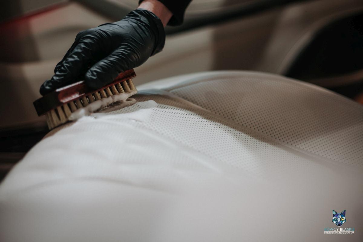 Czyszczenie-i-regeneracja-skóry-autodetailing