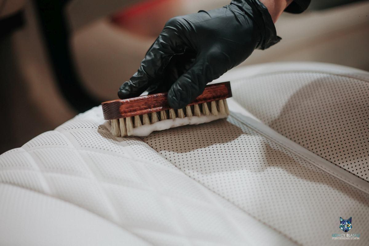 Czyszczenie-i-regeneracja-tapicerki-skórzanej-autodetailing