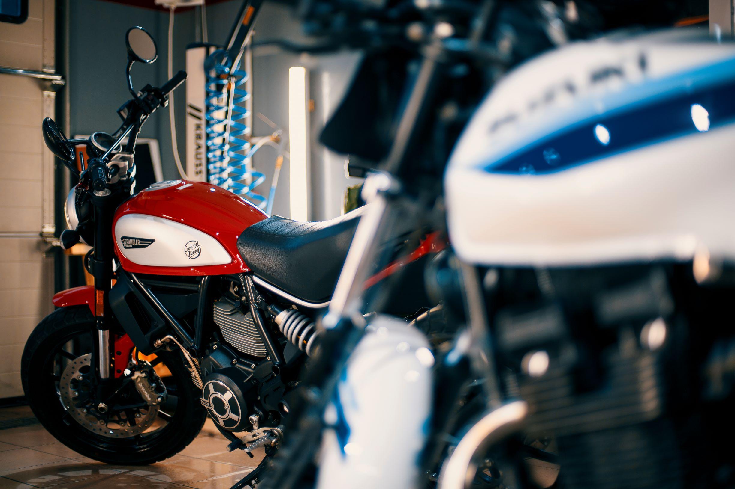 Motocykl Ducati Scrambler i motocykl Suzuki GSX